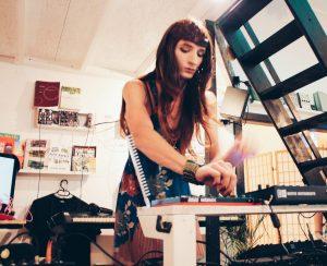 Eine DJ*ane an einem Mischpult