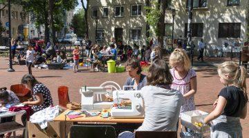 Menschen auf dem Ottoplatz bei Mitmachaktionen, Kuchen, Kleidertausch und mehr