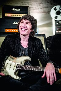 Marcus Nepumuc Deml ist Ausnahmegitarrist und Bandmitglied bei The Blue Poets