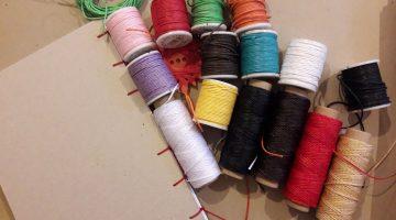 Garn in rosa, lila, weiß, rot, gelb, grün, schwarz, orange, blau, beige und ein selbtgebundenes Notizbuch – das geht im Faserwerk in Hildesheim