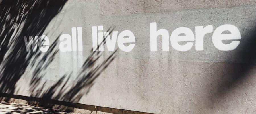 Für ein gutes Miteinander, Wand, grau, Beschriftung, We all live here, KUFA