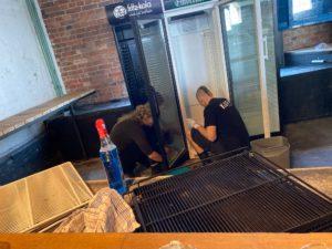 Kühlschrank putzen in der KUFA Halle. Das Nachtteam in Zeiten von Corona.
