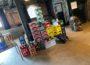In der KUFA Halle wartet ein Stapel Getränkekisten darauf in die Kühlung sortiert zu werden. Darum kümmert sich das Nachtteam.