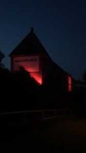 KUFA, Kulturfabrik Löseke, Kulturfabrik, beleuchtet, rot, Licht, Night of Light, 2020, 22. Juni 2020, Hauswand, Fassade, nachts, Solidarität